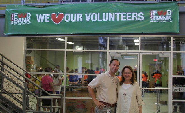 First Lady Cecilia Abbott volunteering at a food bank.