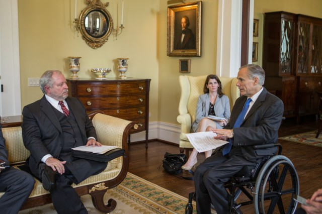 07272016_Governor_Abbott_Receives_Briefing_From_DSHS_Commissioner.jpg Image
